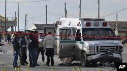 刑事專家星期三在墨西城市華雷斯調查槍手襲擊救護車後的現場