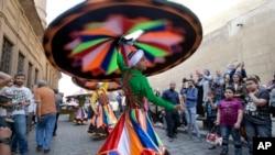 Des derviches tourneurs participent au Festival international de tambours et d'arts traditionnels à El-Moez au Caire, Égypte, le 21 avril 2017.