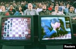 រូបភាព៖ ស្តេចអុកពិភពលោក Garry Kasparov យកដៃខ្ទប់មុខខណៈពេលដែលរូបលោកត្រូវបានគេដាក់លើកញ្ចក់ទូរទស្សន៍ពេលលោកកំពុងប្រកួតលេងអុកជាមួយមហាកុំព្យូទ័ររបស់ IBM ដែលមានឈ្មោះថា Deep Blue ថ្ងៃទី១១ ខែឧសភា ឆ្នាំ១៩៩៧។ (Reuters)