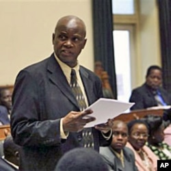 Zimbabwe's Justice Minster Patrick Chinamasa moves a motion in parliament to pass a constitutional amendment bill, Harare (February 2010 file photo)