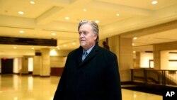 El ex estratega jefe de la Casa Blanca, Steve Bannon sale de una audiencia a puertas cerradas en la Comisión de Inteligencia de la Cámara de Representantes de EE.UU., el 16 de enero de 2018.