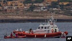İtalyan Sahil Koruma tekneleri Lampedusa açıklarında