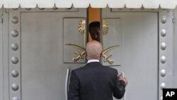 Seorang pria memasuki Konsulat Arab Saudi di Istanbul, Turki, 19 Oktober 2018.