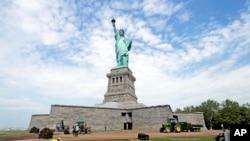 Patung Liberty di New York, dibuka kembali bertepatan dengan perayaan Hari Kemerdekaan Amerika, 4 Juli 2013, dan siap menyambut para pengunjung untuk pertama kalinya sejak Badai Sandy melanda New York tahun lalu (Foto: dok).