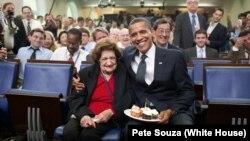 20일 별세한 헬렌 토머스(왼쪽)가 지난 2009년 자신의 생일을 축하해 준 바락 오바마 대통령과 포즈를 취하고 있다.