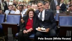 TT Barack Obama chụp hình với bà Helen Thomas nhân sinh nhật thứ 89 của bà vào ngày 4/8/2009 tại Tòa Bạch Ốc.