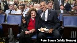 Başkan Obama 4 Ağustos 2009'da Helen Thomas'ın doğum gününü kutlarken