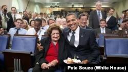 奧巴馬總統曾經在白宮記者簡報室為海倫‧湯馬斯慶祝生日﹐兩人並在生日派對當中合 照(資料圖片)