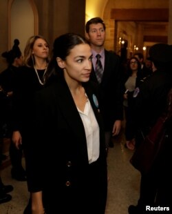 La representante demócrata por Nueva York Alexandria Ocasio-Cortez defendió comentarios de la representante Ilhan Omar sobre Israel.