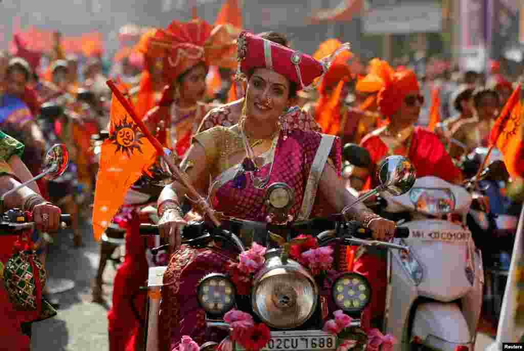 Para perempuan mengenakan pakaian tradisional India mengendarai sepeda motor pada perayaan festival Gudi Padwa atau tahun baru bagi negara bagian Maharashtra di Mumbai, India.