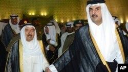 امیر قطر(سمت راست) در کنار امیرکویت که برای میانجیگری به دوحه سفر کرده بود.
