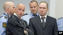 4月18号,杀害77人的挪威枪击嫌疑人布雷维克(右)和律师在一起。