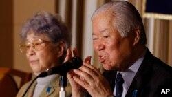 일본인 납북자 요코다 메구미 씨의 아버지 시게루 씨와 어머니 사키에 씨가 지난해 3월 도쿄의 외신기자협회에서 기자회견을 가지고 있다. (자료사진)