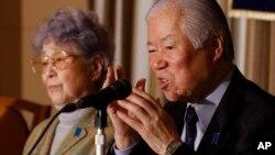 일본인 납북자 요코다 메구미 씨의 아버지 시게루(오른쪽) 씨와 어머니 사키에 씨가 지난 24일 도쿄 외신기자협회에서 기자회견을 열었다.
