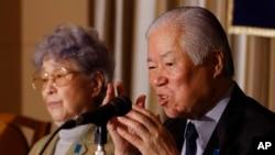 Ông Shigeru Yokota và vợ, cha mẹ của Megumi Yokota-người bị Triều Tiên bắt cóc vào năm 1977, trong 1 cuộc họp báo ở Tokyo, 24/3/2014