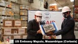 Dennis Hearne, Embaixador dos EUA em Maputo (E) e Armindo Tiago, Ministro moçambicano da Saúde.