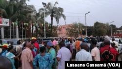 Militantes do PAIGC em frente à sede em Bissau