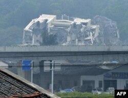 中国温州市外的一个镇上,被政府拆毁的基督教教堂仅剩残砖碎瓦(2014年4月30日)