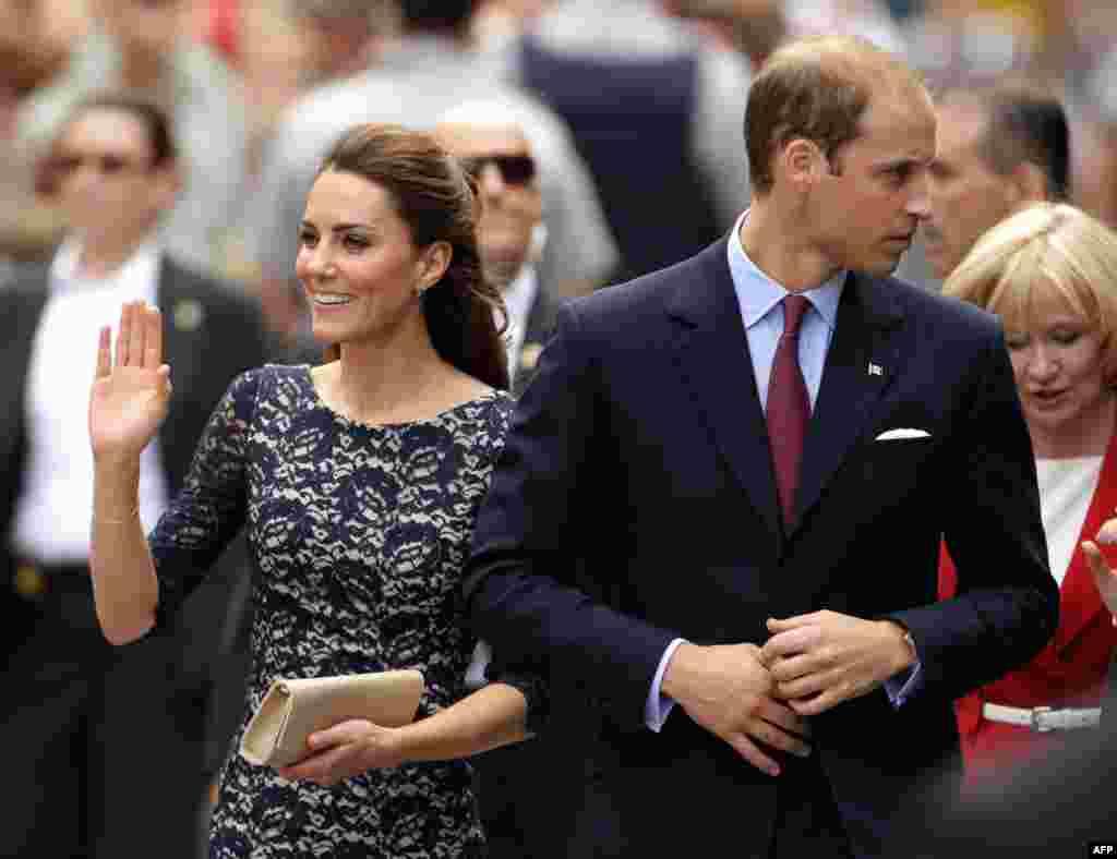 30 tháng 6: Hoàng tử William và cô vợ Kate mới cưới được đón tiếp tại Canada trong chuyến đi nước ngoài chính thức đầu tiên của cặp vợ chồng hoàng gia Anh. (AP Photo/Charlie Riedel)