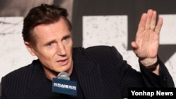 영화배우 리암 니슨이 13일 서울에서 열린 영화 '인천상륙작전' 기자회견에서 취재진의 질문에 답하고 있다.