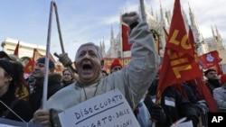 Para pekerja Italia melakukan protes PHK di Milan (foto: dok). Ekonomi Italia mengalami penurunan 0,1 persen pada kuartal pertama 2014.