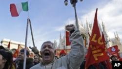 Milano'da işsizliği protesto eden İtalyan metal işcileri