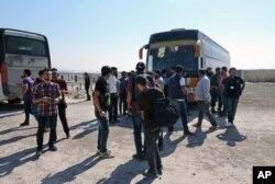 ພວກກະບົດ ແລະ ຄອບຄົວຂອງພວກເຂົາເຈົ້າ ເດີນທາງໄປຮອດເຂດຊານເມືອງ Daraya ຂອງ Damascus Daraya ຫຼັງຈາກທີ່ໄດ້ຖືກກົດດັນໃຫ້ອອກໜີໄປຈາກ ເມືອງ Babiska ຂອງແຂວງ Idlib ໃນຊີເຣຍ, ວັນທີ 27 ສິງຫາ 2016.