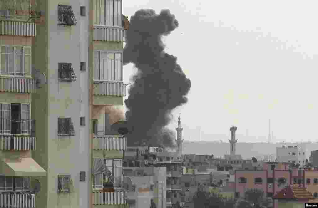 16일 이스라엘의 공습을 받아 연기가 치솟는 가자 지구.