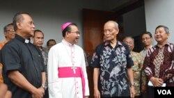 Uskup Agung Semarang Mgr. Robertus Rubiyatmoko Senin petang (19/2) bertemu tokoh Muslim Syafii Maarif yang mendatangi gereja segera setelah terjadi penyerangan Minggu 11/2 lalu. (Foto: VOA/Munarsih)