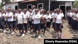 Des écoliers en fil devant une salle de classe à Goma, le 23 septembre 2015. (VOA/Charly Kasereka)