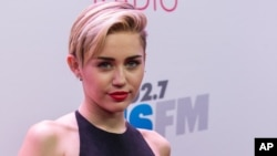 Miley Cyrus tiba di acara KIIS 102.7 Jingle Ball held di Staples Center, Los Angeles, California, 6 Desember 2013.