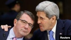 11일 상원 외교위원회에 출석한 애슈턴 카터 국방장관(왼쪽)과 존 케리 미국 국무장관이 대화하고 있다.