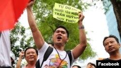 Nhà hoạt động Nguyễn Hồ Nhật Thành tham gia một đợt biểu tình (Hình: Facebook Nguyễn Hồ Nhật Thành).