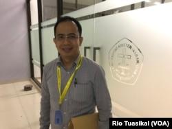 Rusli Ginting mengatakan pengalaman dengan teman-teman Muslim semasa sekolah telah mendorongnya untuk membeli kue. (Foto: VOA/Rio Tuasikal)