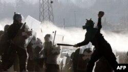 Sukobi kosovskih Srba i pripadnika KFOR-a na blokadi blizu sela Jagnjenica (arhivski snimak)