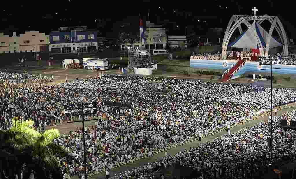 Una multitud se reunió en la Plaza de la Revolución en Santiago de Cuba, para la misa campal del papa Benedicto XVI. (AP)
