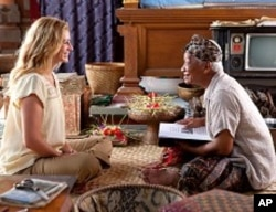 "Julia Roberts as ""Elizabeth Gilbert"" and Hadi Subiyanto as ""Ketut Liyer"" in Columbia Pictures' EAT, PRAY, LOVE"