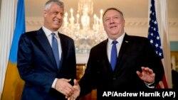 Kosovski predsednik Hašim Tači i američki državni sekretar Majk Pompeo (Foto: AP/Andrew Harnik)