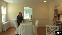Glorija Krouli zajedno sa enterijerisktinjom Džonijom Helm ulepšava praznu kuću da bi se dopala kupcima.