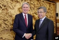 英国财政大臣菲利普·哈蒙德2018年6月27日在北京中南海会见中国国务院副总理胡春华。