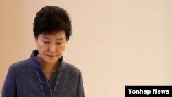 """박근혜 한국 대통령은 6일 """"탄핵소추 절차를 밟아 가결되더라도 헌법재판소 과정을 보면서 국가와 국민을 위해 차분하고 담담하게 갈 각오가 돼 있다""""고 말했다. 사진은 지난달 열린 신임 정무직 임명장 수여식에서의 모습."""
