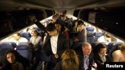 Según congresistas, hablar por teléfono en un avión es ruidoso y posiblemente perturbador para los otros pasajeros.