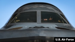 美军一架B-2战略轰炸机准备起飞演练(美国空军2020年3月8日照片)
