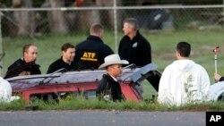 21일 텍사스 오스틴에서 경찰들이 연쇄 폭발물 테러 사건 용의자가 자폭한 현장을 조사하고 있다. 미국 언론들은 경찰이 텍사스의 주도인 오스틴 북부 라운드 록에 있는 호텔까지 용의자의 차량을 추적한 뒤 경찰특공대(SWAT)가 차량에 접근하던 중 용의자가 폭탄을 터트렸다고 전했다.