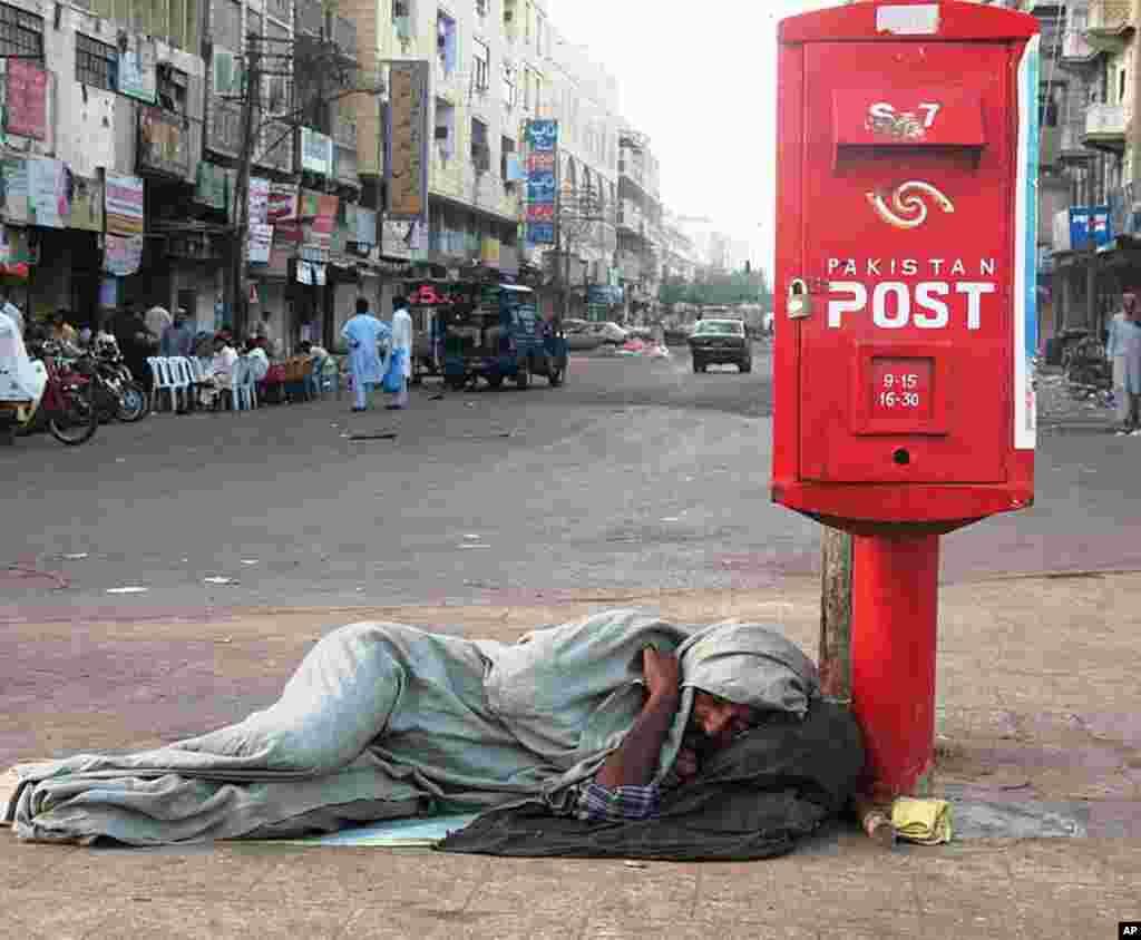 Bằng Danh Dự dành cho bức ảnh - Ngủ cạnh thùng thư, Karachi, Pakistan (Ảnh Waqas Shahid)