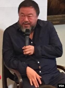 艾未未在英国伦敦皇家艺术学院表示中国还护照给他未具任何条件(美国之音江静玲摄影)