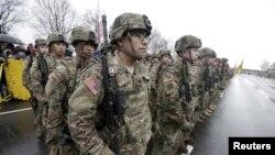 Militer AS berbaris pada November 2015. Pihak berwenang mengatakan dua warga Afghanistan yang ikut pelatihan di AS hilang. (Foto: dok.)