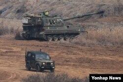 지난 3월 경기도 파주시 접경지역에서 미한 연례 연합훈련인 키리졸브 연습에 참가한 한국군 K-9 자주포가 대기하고 있다.