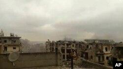 Ảnh chụp từ video do một nhà hoạt động Syria đăng tải ngày 14/12/2016 cho thấy khói bốc lên từ các cuộc pháo kích ở phía đông Aleppo.
