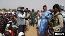 Le ministre de l'Intérieur du Niger, Mohamed Bazoum, parle à des personnes déplacées suite aux attaques des combattants de Boko Haram dans la région, dans un camp de la ville de Diffa, le 18 juin 2016.